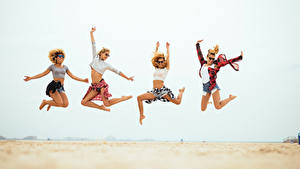 Bilder Strand Sprung Bein Hand Brille Mädchens