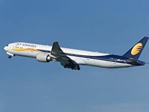 Bilder Boeing Flugzeuge Verkehrsflugzeug Seitlich 777-300ER, Jet Airways