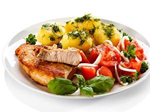 Fotos Die zweite Gerichten Kartoffel Fleischwaren Gemüse Weißer hintergrund Teller Lebensmittel