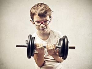 Fotos Grauer Hintergrund Junge Hanteln Brille Hand Körperliche Aktivität Kinder