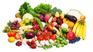Bilder Obst Gemüse Tomate Bananen Knoblauch Erdbeeren Peperone Himbeeren Weißer hintergrund