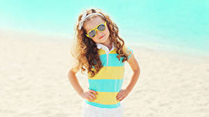 Hintergrundbilder Kleine Mädchen Brille Blick Hand Kinder