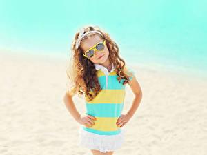 Hintergrundbilder Kleine Mädchen Brille Starren Hand Kinder