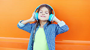 Bilder Kleine Mädchen Kopfhörer Hemd Hand Ausruhen Kinder