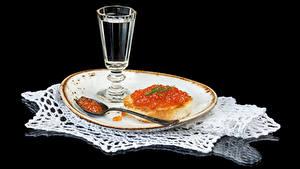 Bilder Wodka Butterbrot Kaviar Meeresfrüchte Schwarzer Hintergrund Teller Dubbeglas Löffel