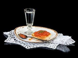 Bilder Wodka Butterbrot Kaviar Meeresfrüchte Schwarzer Hintergrund Teller Dubbeglas Löffel Lebensmittel