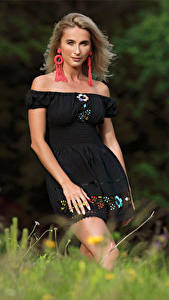 Fotos Cara Mell Blond Mädchen Gras Kleid Blick