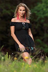Desktop hintergrundbilder Cara Mell Blond Mädchen Gras Kleid Blick junge frau