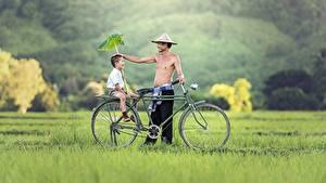 Hintergrundbilder Asiatisches Mann Gras 2 Fahrrad Jungen Sitzend Lächeln