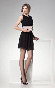 Bilder Grauer Hintergrund Braune Haare Kleid Blick Mädchens