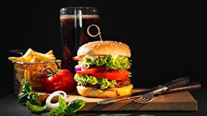 Bilder Burger Fritten Messer Gemüse Bier Schwarzer Hintergrund Schneidebrett Gabel Trinkglas