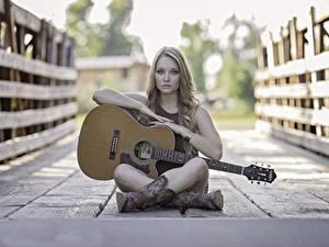 Bilder Brücken Zaun Bretter Sitzend Gitarre Bein Stiefel junge frau