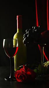 Bilder Wein Weintraube Rosen Schwarzer Hintergrund Weinglas Flaschen