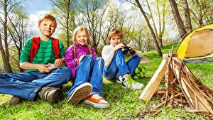 Bilder Drei 3 Jungen Kleine Mädchen Sitzend Blick Funkenfeuer Kinder