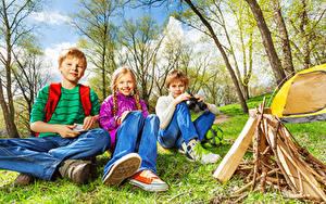 Bilder Drei 3 Jungen Kleine Mädchen Sitzend Blick Funkenfeuer kind