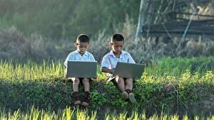 Bilder Asiatische Jungen Gras 2 Sitzen Notebook Kinder