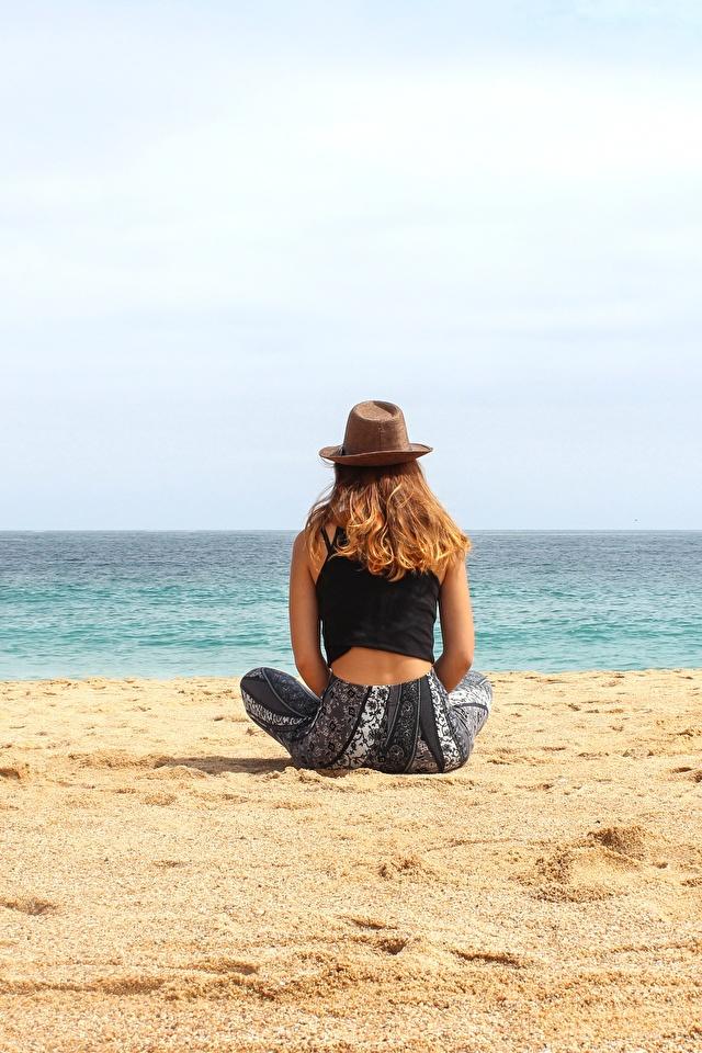 Bilder von Strände Ruhen Der Hut Mädchens Sand Sitzend 640x960 Strand ausruhen Erholung