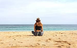 Fotos Strände Sand Sitzend Der Hut Erholung Mädchens