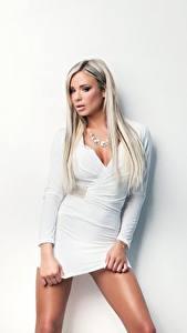 Bilder Ashley Bulgari Blond Mädchen Kleid Weiß Blick