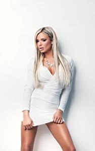 Bilder Ashley Bulgari Blond Mädchen Kleid Weiß Blick Mädchens