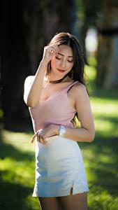 Fotos Asiatische Unscharfer Hintergrund Posiert Rock Unterhemd Braune Haare Mädchens