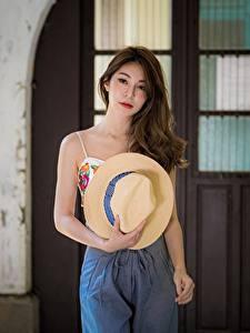 Fotos Asiatische Der Hut Haar Braune Haare Starren junge Frauen