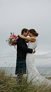 Fotos Paare in der Liebe Sträuße Mann Gras 2 Hochzeiten Bräutigam Braut Umarmen Mädchens