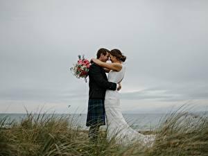 Fotos Paare in der Liebe Sträuße Mann Gras 2 Hochzeit Bräutigam Brautpaar Umarmung Mädchens
