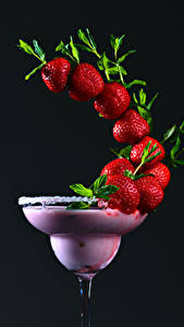 Fotos Cocktail Erdbeeren Schwarzer Hintergrund Design Lebensmittel