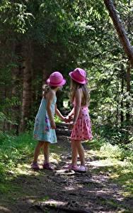 Fotos Wald Weg Zwei Der Hut Kleid Kleine Mädchen Kinder