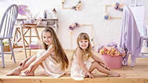Fotos Kleine Mädchen Sitzt 2 Lächeln Kinder