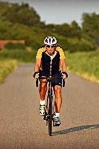 Hintergrundbilder Straße Mann Bokeh Fahrendes Vorne Fahrrad Brille Helm Sport