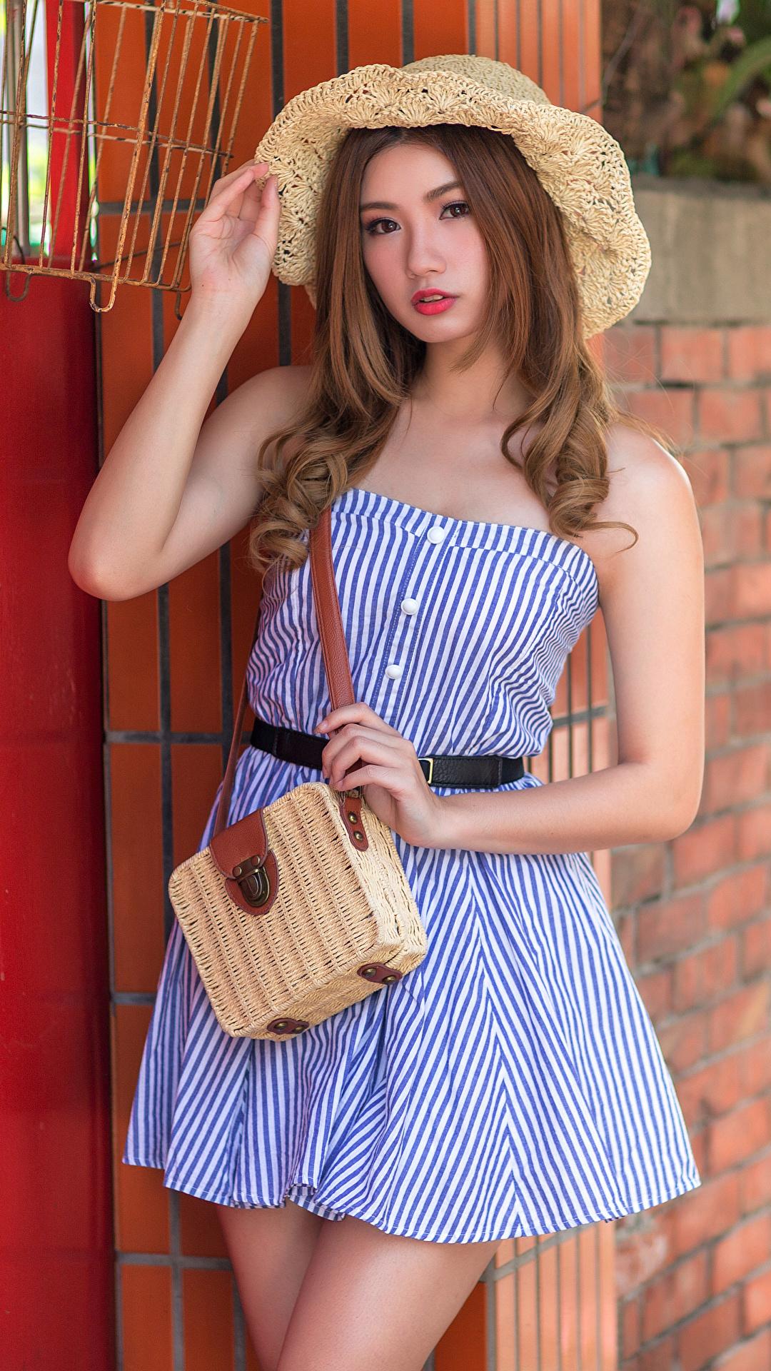Foto Bokeh posiert Der Hut Mädchens Asiatische Handtasche Starren Kleid 1080x1920 für Handy unscharfer Hintergrund Pose junge frau junge Frauen Asiaten asiatisches Blick
