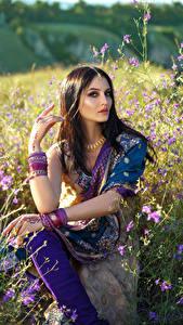 Fotos Schmuck Braune Haare Sitzend Indian Mädchens