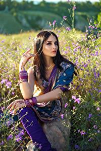 Fotos Schmuck Braune Haare Sitzen Indian Mädchens