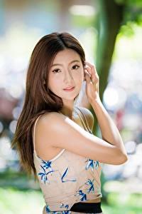 Fotos Asiatisches Gestik Braunhaarige Unscharfer Hintergrund Blick Hand junge frau