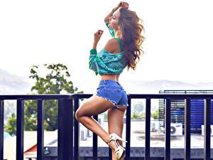 Bilder Zaun Braunhaarige Posiert Hand Shorts Bein Gesäß Schöne Mädchens