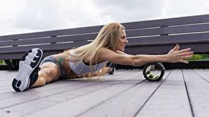 Fotos Fitness Bein Hand Spagat Bretter Blond Mädchen Sport Mädchens