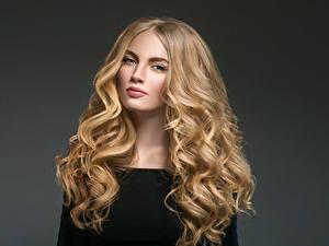 Hintergrundbilder Lockige Grauer Hintergrund Blond Mädchen Haar Blick Mädchens