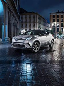 Bilder Toyota Nacht Stadtstraße Silber Farbe Crossover C-HR Autos