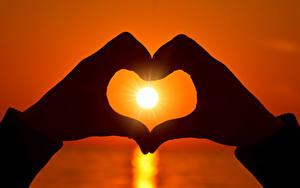 Fotos Liebe Sonnenaufgänge und Sonnenuntergänge Finger Hand Herz Sonne