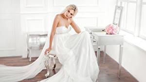 Hintergrundbilder Sträuße Blondine Brautpaar Sitzend Kleid Blick Mädchens