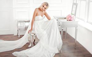 Hintergrundbilder Sträuße Blondine Bräute Sitzt Kleid Blick Mädchens