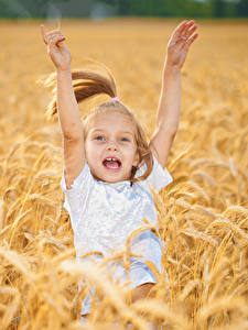 Hintergrundbilder Acker Kleine Mädchen Glücklich Hand Kinder