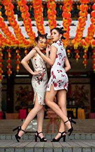 Hintergrundbilder Asiatische Kleid Bein Zwei Hand Frisur Posiert Mädchens