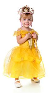 Fotos Krone Kleine Mädchen Model Lächeln Kleid Weißer hintergrund kind