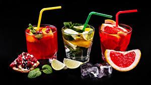 Fotos Alkoholische Getränke Cocktail Granatapfel Grapefruit Limette Schwarzer Hintergrund Drei 3 Trinkglas Eis