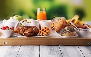 Papéis de parede Suco Croissant Rosca de passas Tábuas de madeira Desjejum Copo Chávena Alimentos