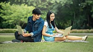 Fotos Mann Asiatische Studentin Brünette Sitzend Notebook Mädchens