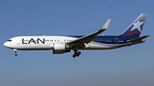 Bilder Flugzeuge Verkehrsflugzeug Boeing Seitlich LATAM Airlines Chile, 767-300W Luftfahrt